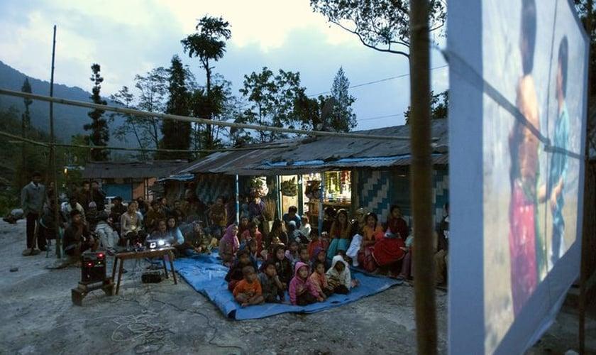 Depois da exibição do filme, dez pessoas se entregaram a Jesus. (Foto: Gospel For Asia)