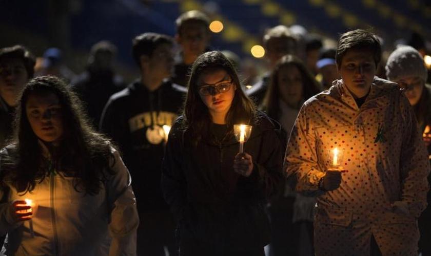 Estudantes do ensino médio durante uma vigília de oração depois do tiroteio em Parkland, na Flórida. (Foto: Getty Images/Drew Angerer)