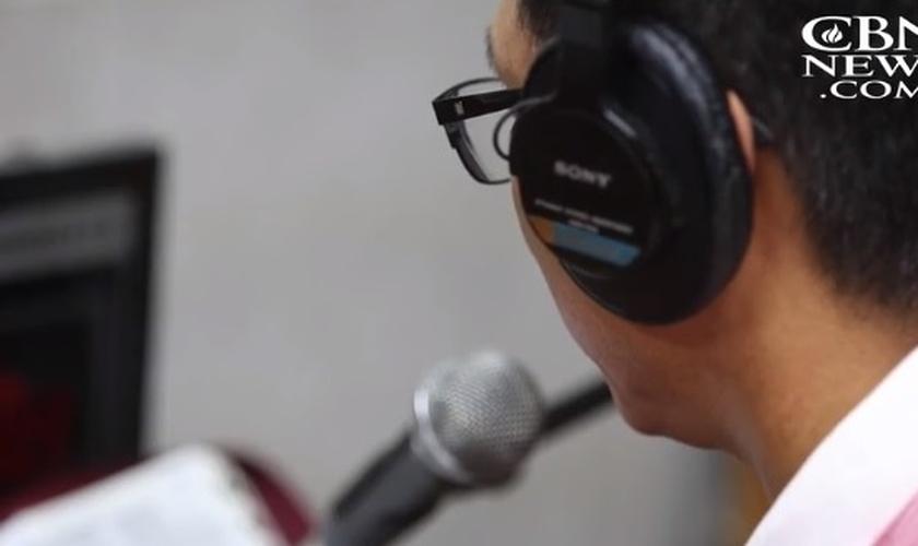 Jae-un e Sung-min apresentam um programa de rádio para evangelizar norte-coreanos. (Imagem: CBN News)