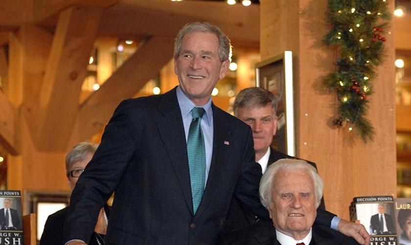 O ex-presidente dos EUA, George W. Bush, ao lado do evangelista Billy Graham. (Foto: Getty Images)