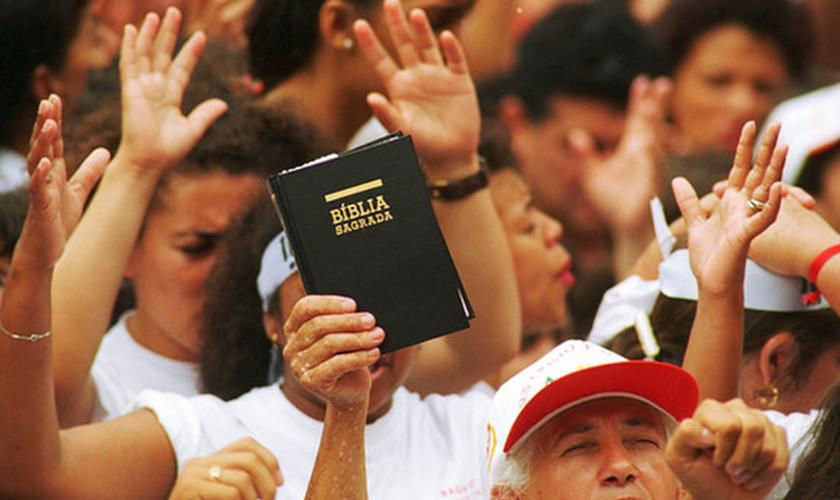 Evangélica Mãos aos Alto
