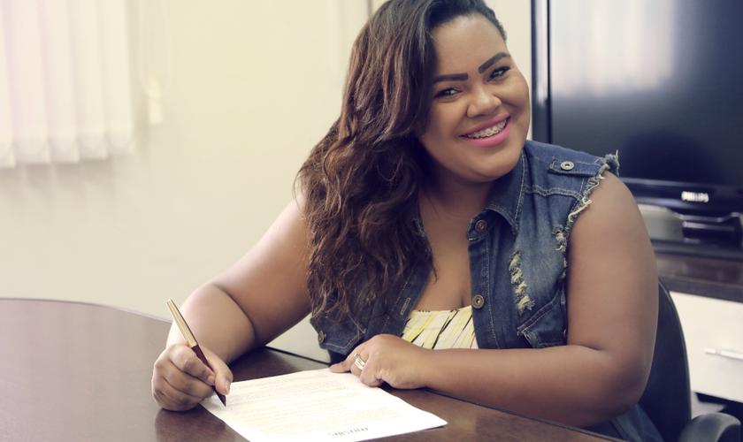 A cantora começou sua carreira musical ainda na adolescência, como vocalista do Raiz Coral. (Foto: Divulgação).