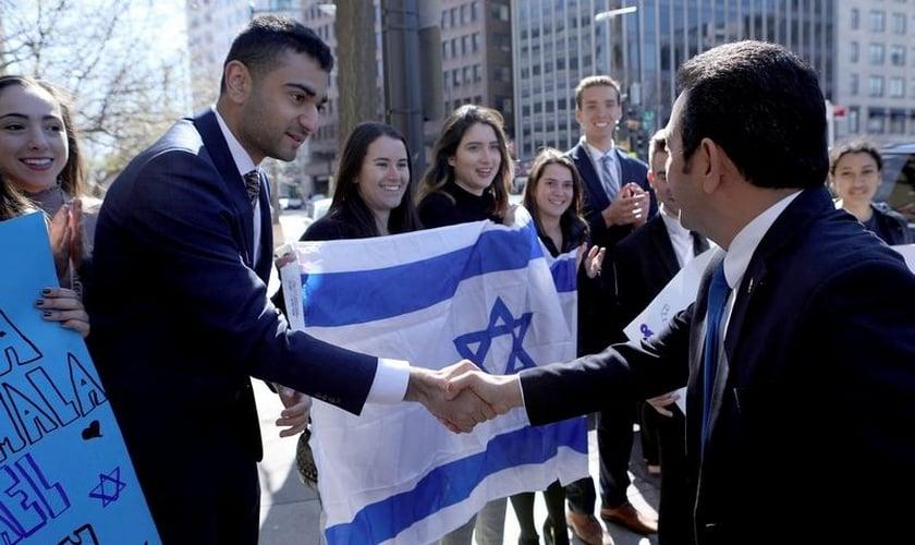 Presidente da Guatemala, Jimmy Morales, cumprimenta membros da comunidade israelense em Washington. (Foto: Guatemala Presidency/Handout/Reuters)