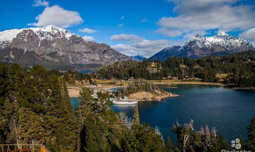 A cidade fica na Patagônia Argentina, cercada de montanhas e florestas. (Foto: Divulgação/Bariloche Turismo)