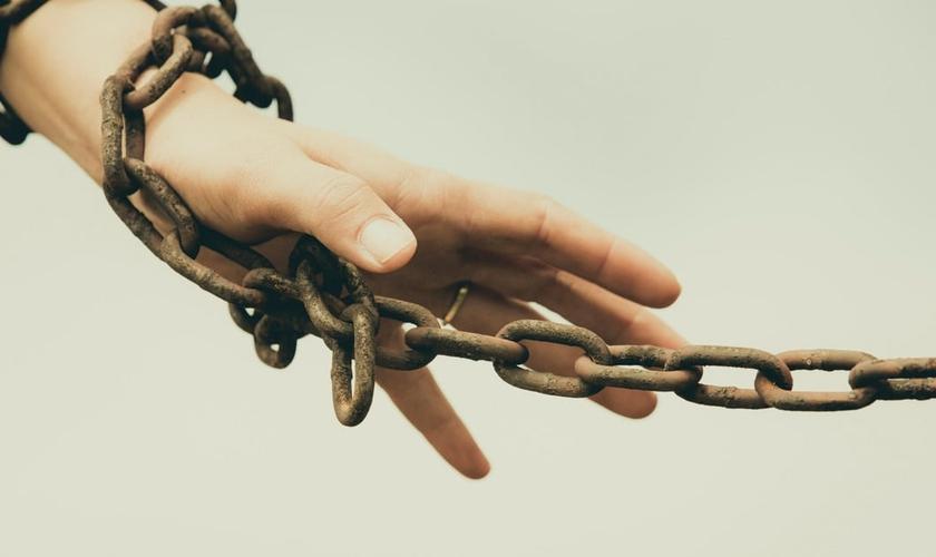 Mão acorrentada. (Foto: Iglesia Bíblica de City Bell)