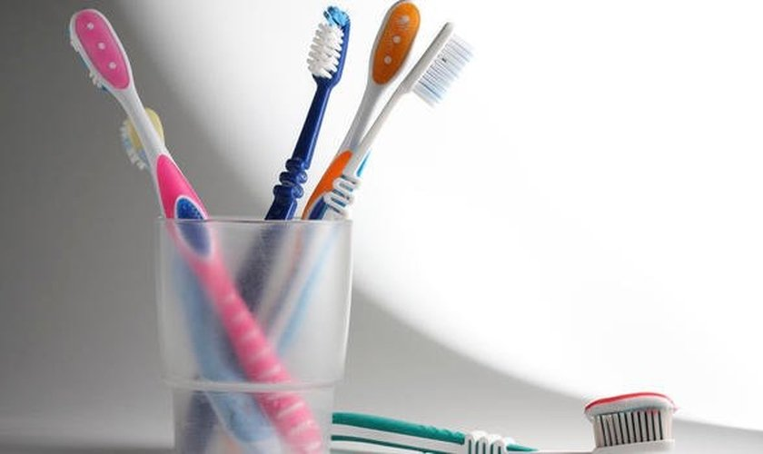 A higiene da escova é fundamental para manter os benefícios do produto. (Foto: iStockphoto)