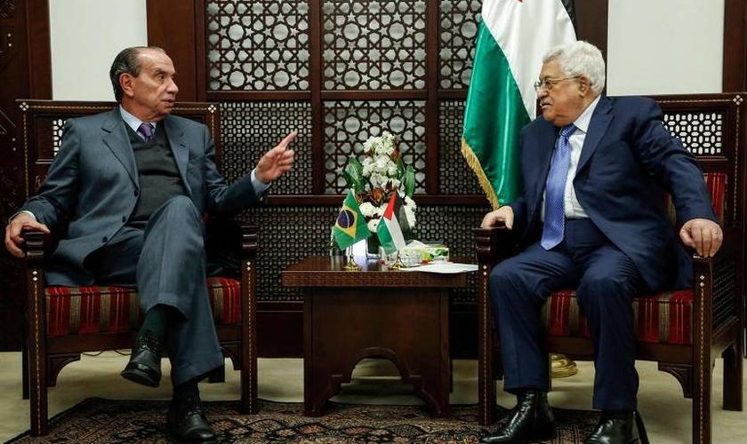 O presidente palestino, Mahmoud Abbas, se reúne com o chanceler Aloysio Nunes, em Ramallah. (Foto: Abbas Momani/AFP)