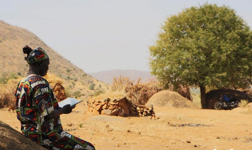Mulher lendo sua Bíblia durante uma Conferência de Pastores no Sudão. (Foto: Portas Abertas)