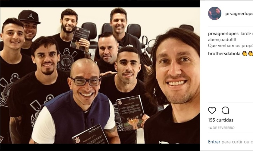 Pastor Vagner Lopes (ao centro) com jogadores do Corinthians. (Foto: UOL Esporte)