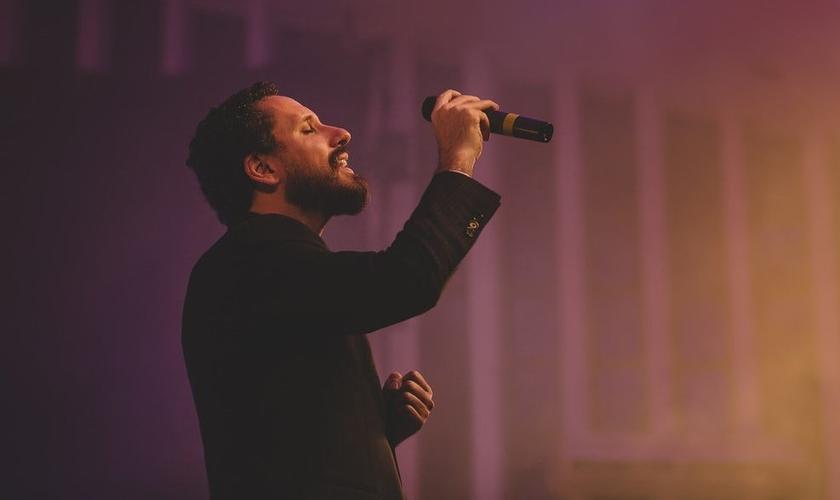 """O primeiro single já está definido, """"Deus Sabe, Deus Ouve, Deus Vê"""". (Foto: Reprodução)."""