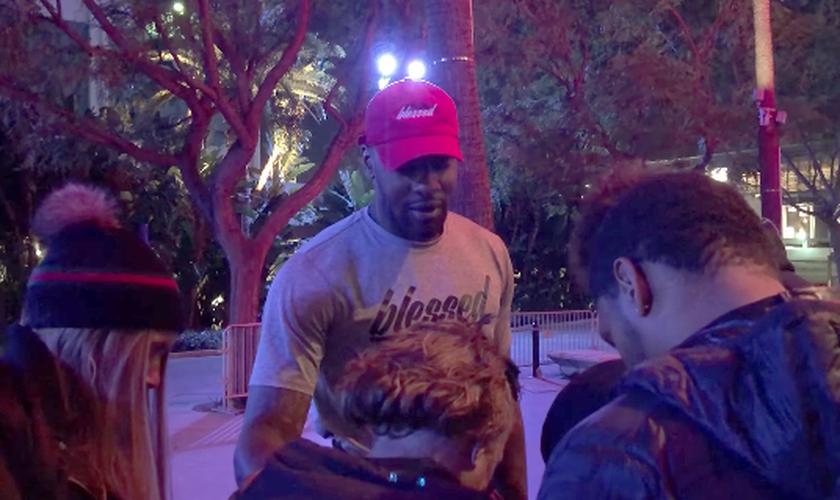 Jogador fez oração por cura de moradora de rua, após partida da NBA em Los Angeles. (Foto: Reprodução/Darren Wilson)