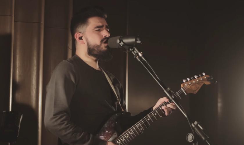 O single está disponível em live session no YouTube no canal oficial do cantor. (Foto: Reprodução).