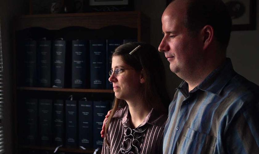 Derek e Frances Baars ensinaram às crianças sobre o ensino bíblico da Páscoa. (Foto: Ryan McLeod/Postmedia Network)