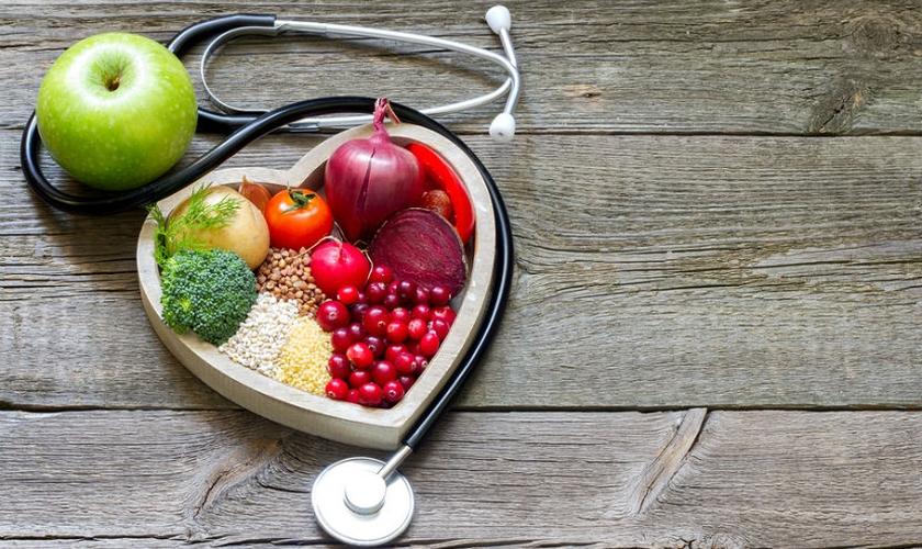 Para regular a taxa, primeiramente é recomendada uma mudança na dieta. (Foto: Reprodução)