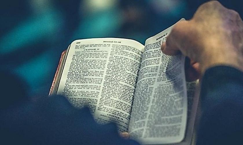 Foi justamente a Bíblia que levou Jay a mudar seu entendimento sobre espiritualidade. (Foto: UNSPLASH.COM/ROD LONG)