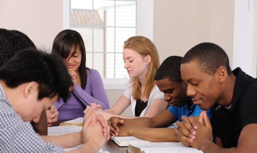 Universitários participam de estudo bíblico. (Foto: thoughtco.com)