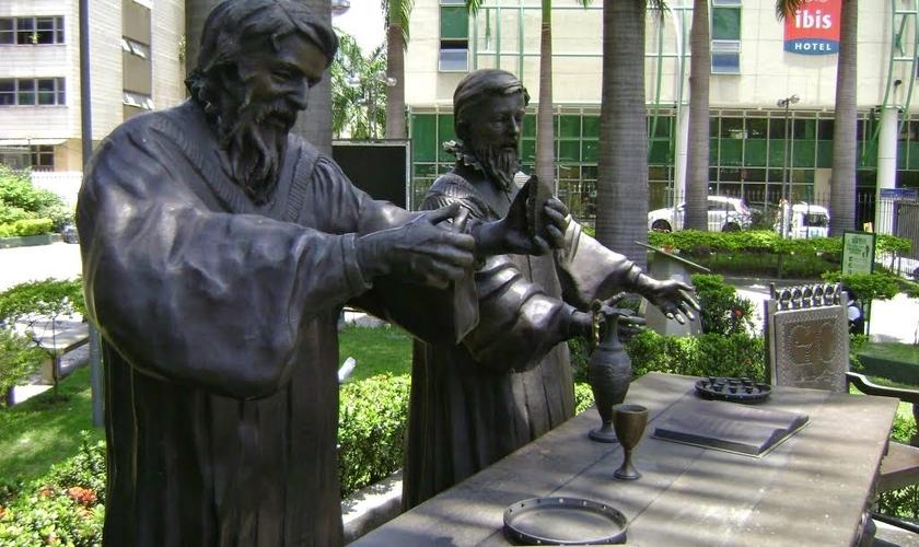 Escultura representando o primeiro culto protestante no Brasil, oficiado pelos pastores Rev. Pierre Richier e Rev. Guillaume Chartier. (Foto: Reprodução).