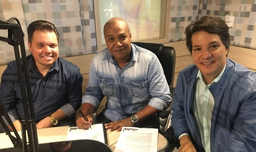 Assinatura do contrato: Ricardinho Carvalho, Peter Quintino e Gilvandro Oliveira. (Foto: Divulgação)