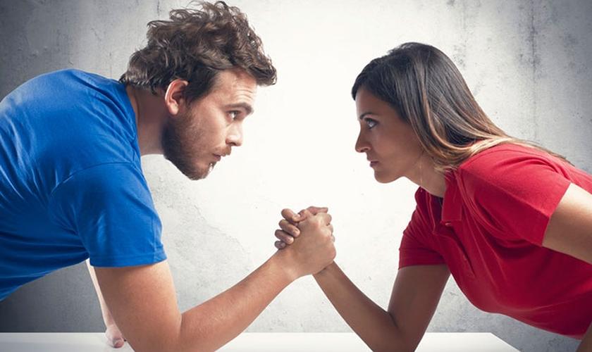 Imagem ilustrativa. John Piper diz que a visão de que homens e mulheres são iguais produz frutos ruins. (Foto: Reprodução)