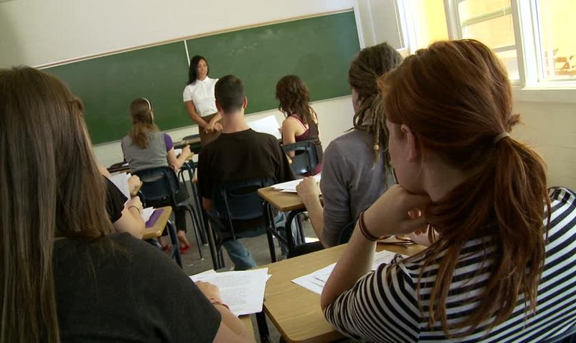 Imagem ilustrativa. Professora durante aula com estudantes do ensino médio. (Foto: Shutterstock)