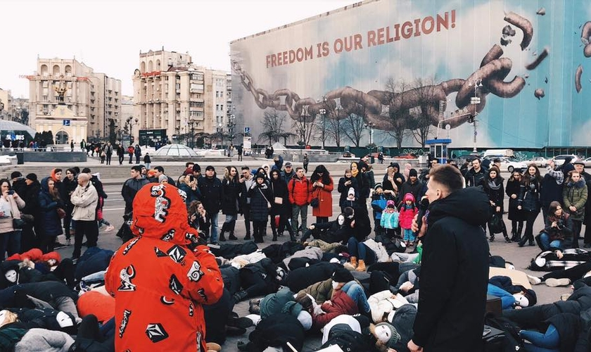 """""""Falamos sobre Jesus e centenas de pessoas tiveram a oportunidade de ouvir"""", disse Moah Buffalo. (Foto: Reprodução/Facebook)."""
