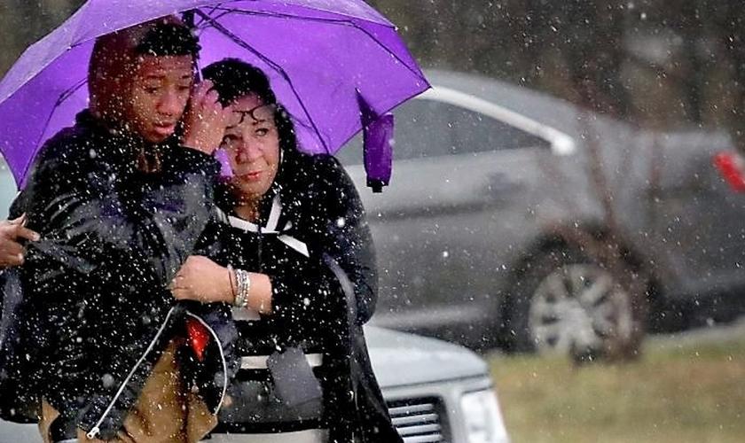 Mãe e filho se confortam após tiroteio em Maryland. (Foto: Getty Images)