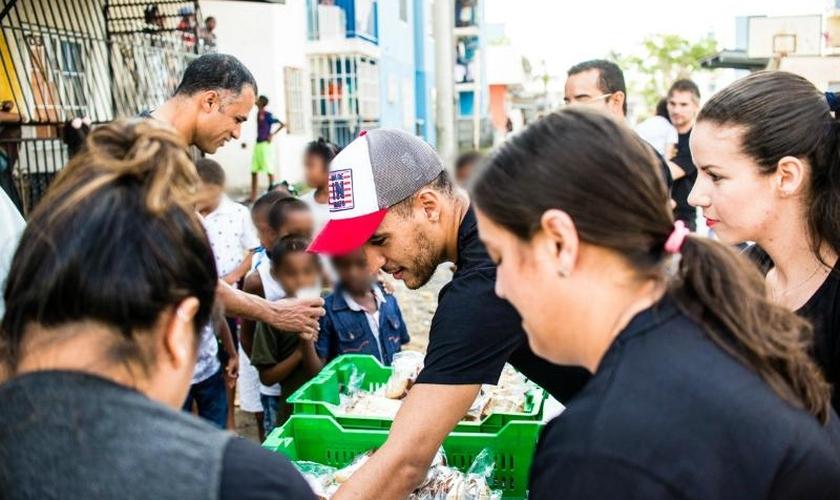 Os cristãos proporcionaram a distribuição de lanches para cerca de 300 crianças do local. (Foto: Reprodução).
