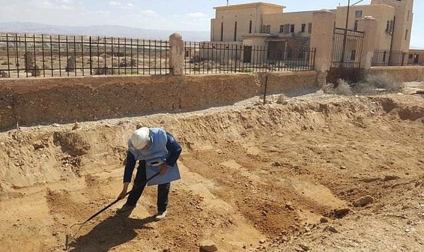 Soldado trabalhando para limpar as minas da área ao redor do Qasr al-Yahud, no Rio Jordão. (Foto: Ministério da Defesa de Israel)