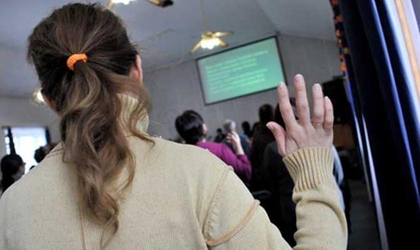 Inicialmente eles entraram para assistir o culto, mas depois passaram a gravar vídeos e vasculhar as salas da igreja. (Foto: Reprodução).
