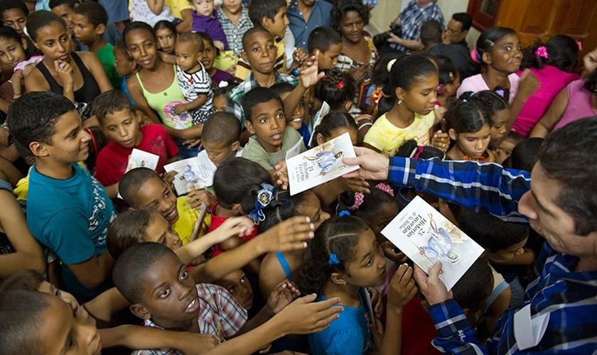 Bíblias sendo distribuídas por missionários em igreja cubana. (Foto: American Bible Society)