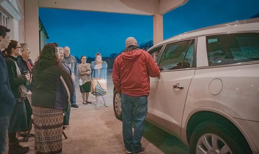 Membros de uma igreja saíram às ruas para oferecer orações pelos motoristas. (Foto: Pentecostals of Jonesboro Church)