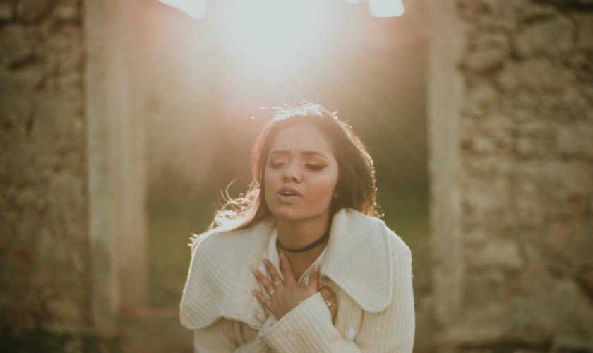 """Além de poder ouvir as canções nas plataformas, o público pode conferir o clipe da música """"Amor Inexplicável"""". (Foto: Divulgação)."""