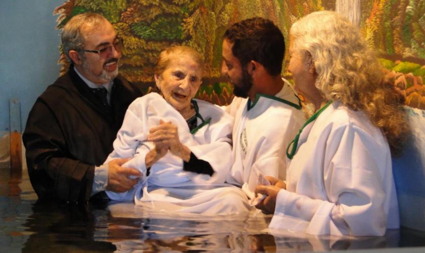 Por conta do clima, o batismo aconteceu no período da tarde. (Foto: NA).