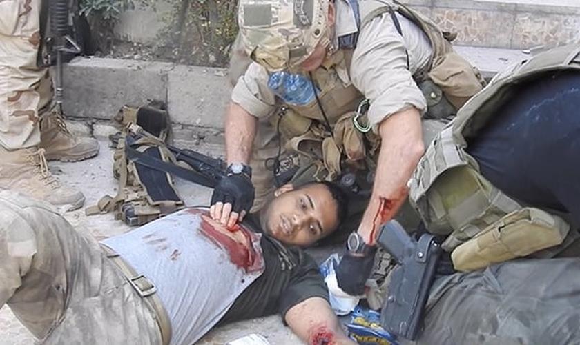 Dave Eubank socorrendo Hussein durante ação militar para libertar Mossul, no Iraque. (Foto: Free Burma Rangers)