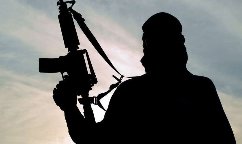 Imagem ilustrativa. Terrorista é impedido por Deus de realizar ataque e se converte. (Foto: Shutterstock)