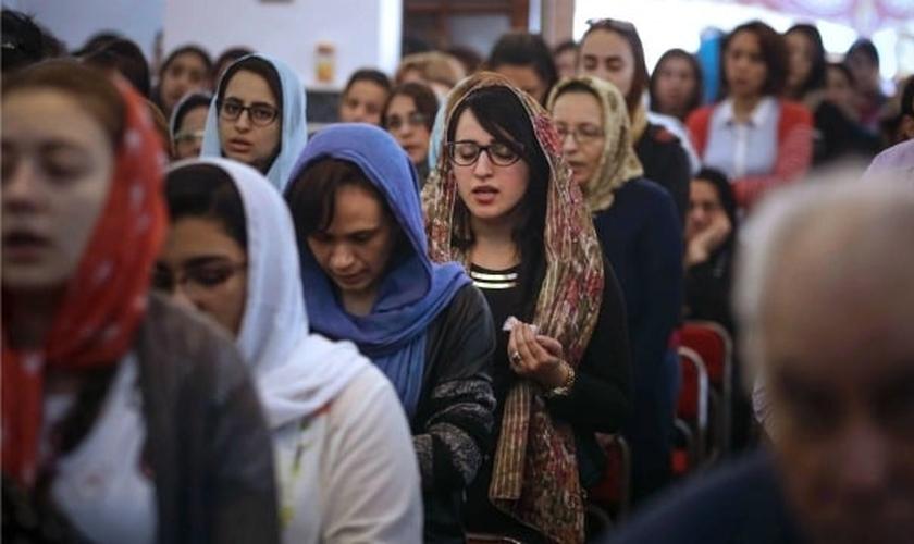 Cristãos se reúnem para culto em igreja no Egito. (Foto: AFP)