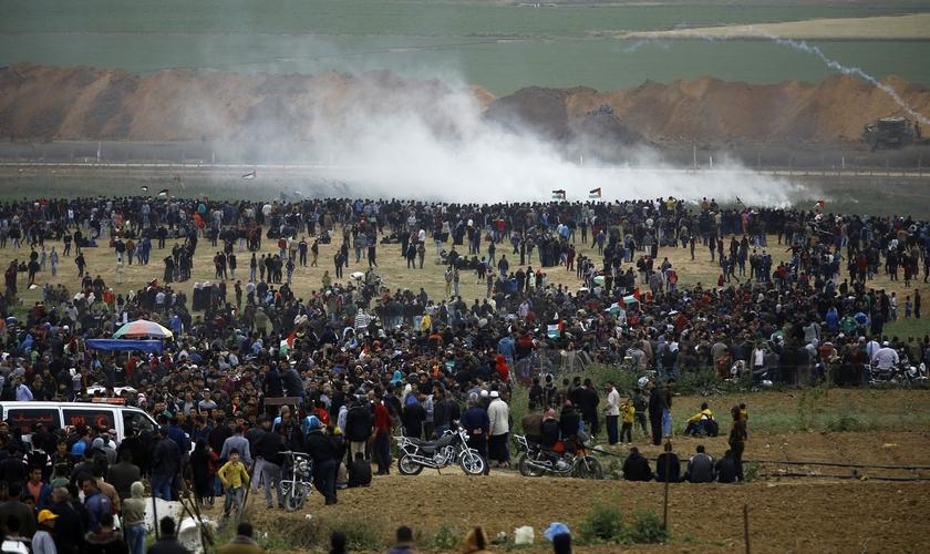 Palestinos durante manifestações na Faixa de Gaza, próximo à fronteira de Israel. (Foto: AFP/Mohammed Abed)