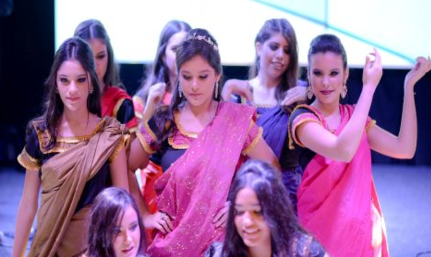 Júlia e algumas amigas apresentaram uma dança em homenagem ao Crianças da Índia. (Foto: Reprodução).