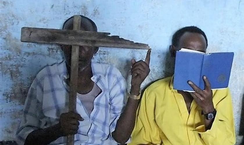 Cristãos somalis escondem o rosto para sair em foto. (Foto: voceisontina.eu)