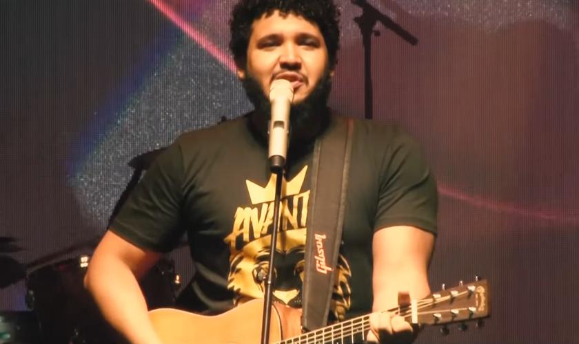 A música integra o disco 'Avante', gravado ao vivo com mais de 2.500 pessoas. (Foto: Reprodução).