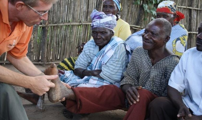 Doutor Arie De Kruijff examinando os pés de um homem com lepra. (Foto: Leprosy Mission)