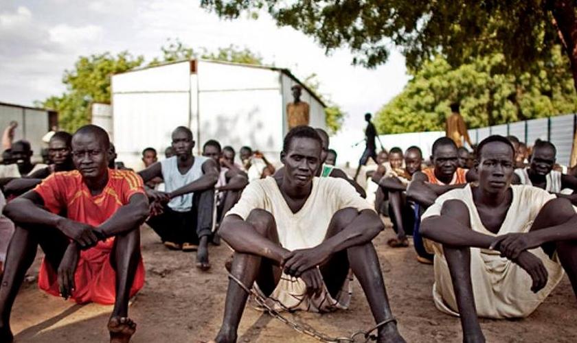 O missionário transmitiu um filme que conta a história de Jesus para os presos. (Foto: Reprodução).