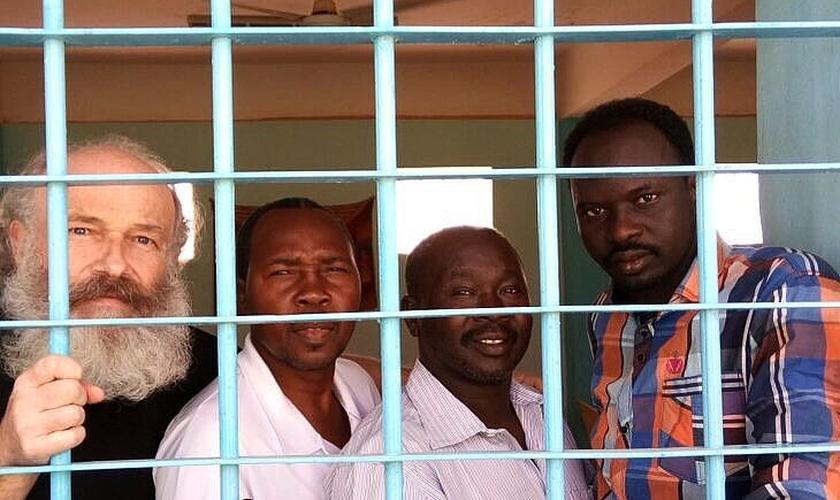 Missionário Petr Jasek junto com companheiros de cela no Sudão. (Foto: Voice of the Martyrs)