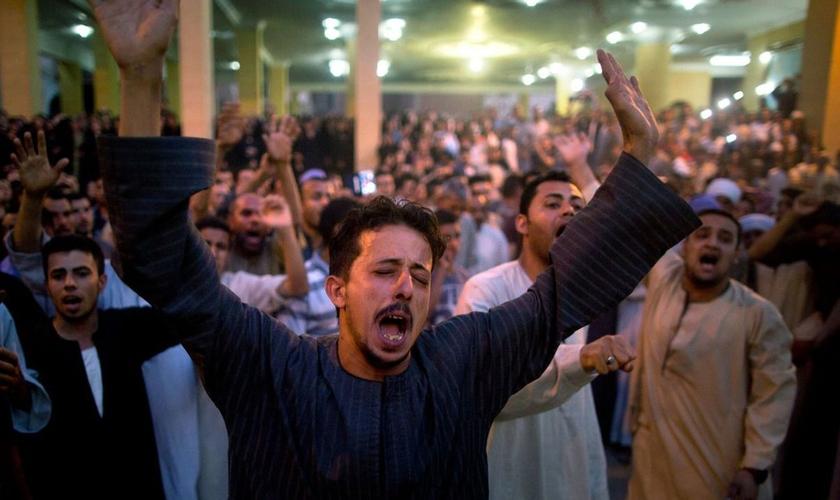 Cristãos coptas durante culto fúnebre após ataque na Catedral de Abu Garnous, em Minya, Egito. (Foto: AP Photo/Amr Nabil)