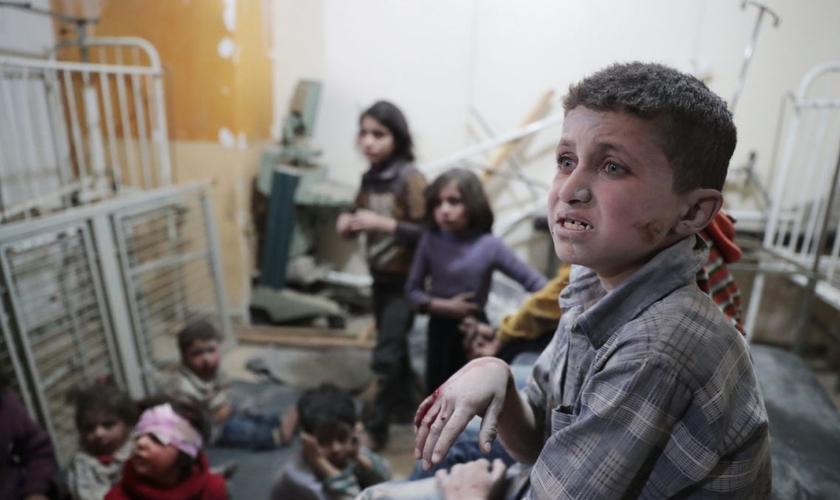 Crianças estão entre as vítimas de ataques químicos na Síria. (Foto: t13.cl)