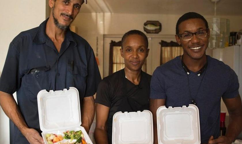 A garçonete Gloria prepara cerca de 225 refeições e 180 lanches de café da manhã em sua cozinha. (Foto: SWNS)