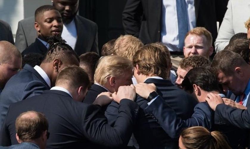 JK Scott e seus amigos se unem em volta do presidente dos EUA, Donald Trump para orar. (Foto: editiononline)