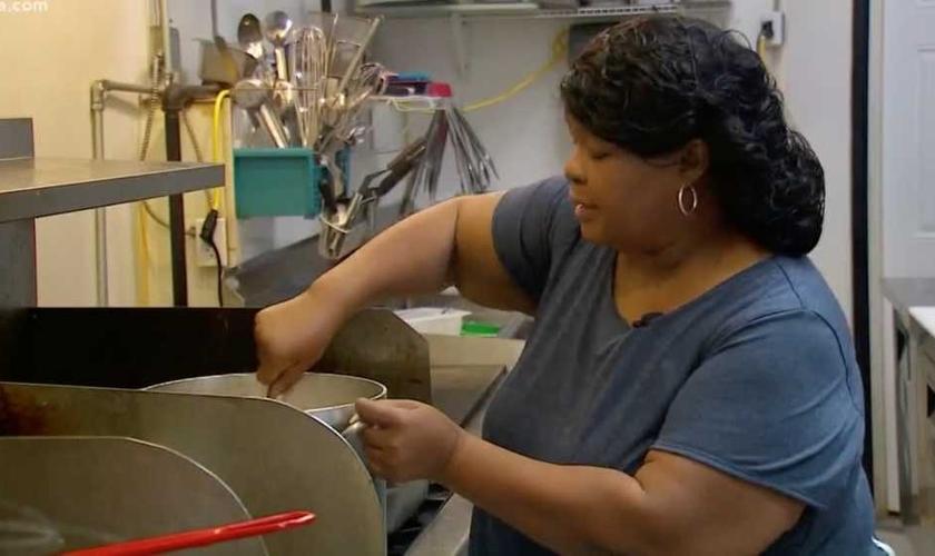 Paulette Johnson, dona do restaurante Trucker's Cafe, preparando as refeições. (Foto: Reprodução/WFAA-TV)