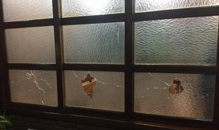 A Igreja Cristã Maranata foi atingida por uma bomba durante um culto. (Foto: Reprodução)