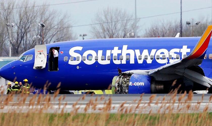 Avião da Southwest Airlines na pista do Aeroporto Internacional da Filadélfia após um pouso de emergência. (Foto: David Maialetti/AP)